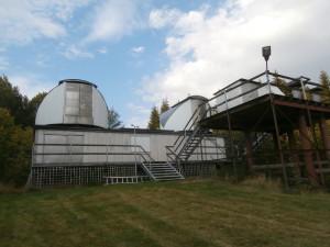 Två av kupolerna i Bifrostobservatoriet