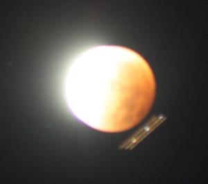 Himmelskt fordon passerade framför månen.